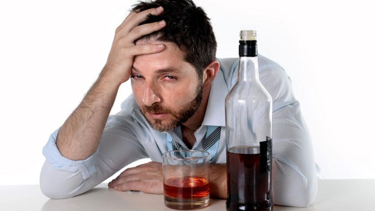 se puede tomar hierro con alcohol
